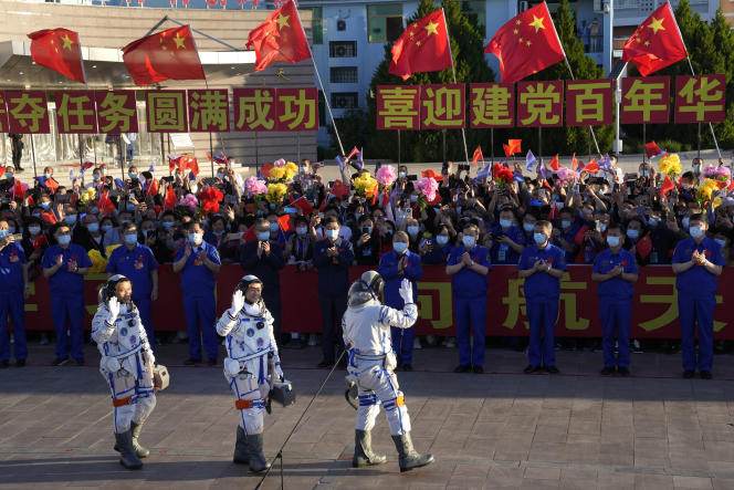 Three Chinese astronauts leave for a long and difficult mission in the country's history